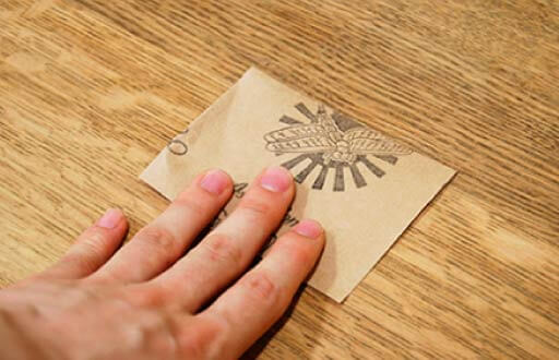 シミ周辺に紙やすりをかける 写真